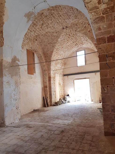 לפני השיפוץ. את רצפת האבן העתיקה לא ניתן היה לשמר (צילום: מיכל מטלון)