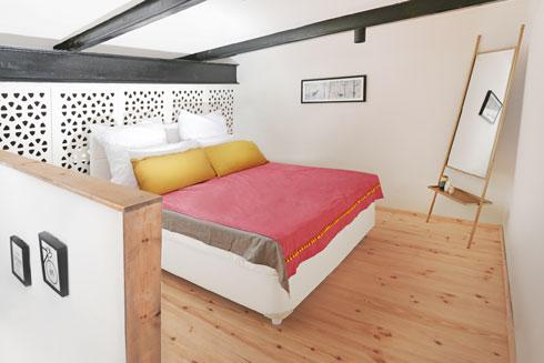 משרביית עץ כגב למיטה וכהפרדה עדינה (צילום: יעלי גבריאלי)