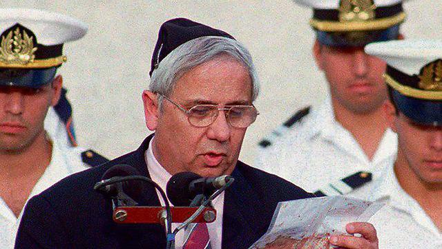 איתן הבר מציג בהלוויה של יצחק רבין את נאומו המגואל בדם של רבין (  צילום: AP)