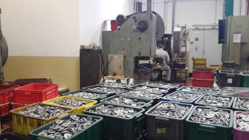 באסטרון מייצרים מגוון מוצרים כחול לבן (לרבות יבוא של מוצרים משלימים) שנמצאים כמעט בכל בית בישראל: צירים, מנעולים, עוגנים, דיבלים, ועוד (צילום: באדיבות המפעל)