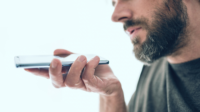 גבר משוחח עם סייעת קולית (צילום: shutterstock)