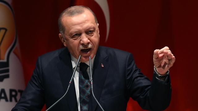 נשיא טורקיה רג'פ טאיפ ארדואן נאום מול חברי מפלגתו מבצע נגד כורדים סוריה (צילום: EPA)