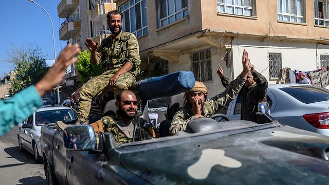 מורדים סורים בעלי ברית של טורקיה בדרך לחזית מול ה כורדים ב סוריה (צילום: AFP)
