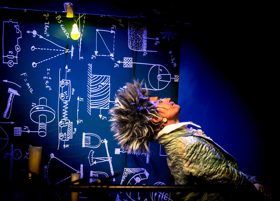 שחקן עומד נרגש עח הבמה  (צילום: יואל לוי)