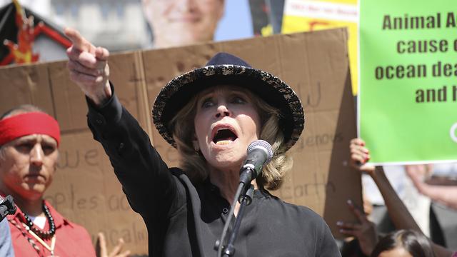 ג'יין פונדה מפגינה למען שינוי מדיניות האקלים (צילום: AP)