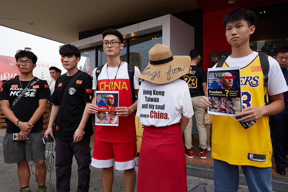 מחאה לפני המשחק בין הלייקרס לנטס (צילום: AFP)