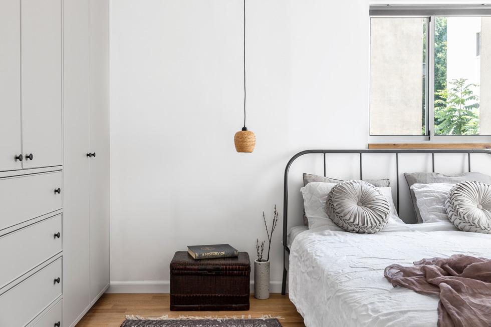 סקאלת צבעים רגועה בחדר השינה (צילום: איתי בנית)