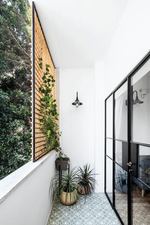 מחיצה קלה מאפשרת פרטיות במרפסת בלי לחסום את האור הטבעי (צילום: איתי בנית)