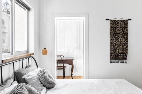 חלק ממרפסת משמש פינת עבודה שאליה יש גישה מחדר השינה הזוגי (צילום: איתי בנית)