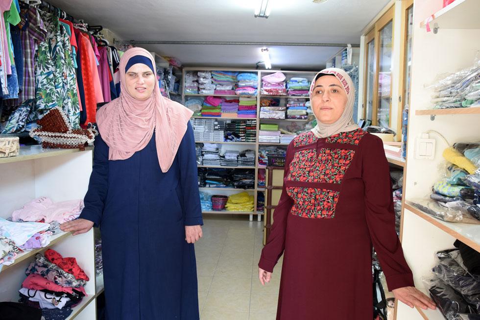 """סיבא (מימין) וח'יריה עדוי בחנותן שבכפר טורעאן. """"אמא ואבא תמיד אמרו לנו שאנחנו אמנם לא רואות, אבל יש לנו חושים אחרים"""" (צילום: נחום סגל)"""