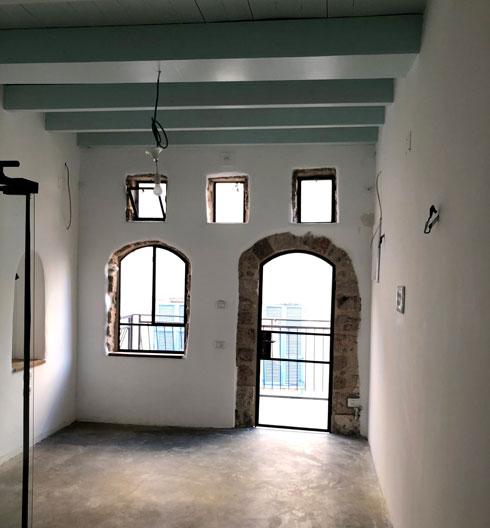 בתהליך השיפוץ. התקרה הרקובה הוחלפה בחדשה, והמרפסת נבנתה מחדש (צילום: חן כרמי)