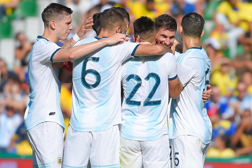 שחקני ארגנטינה חוגגים (צילום: AFP)