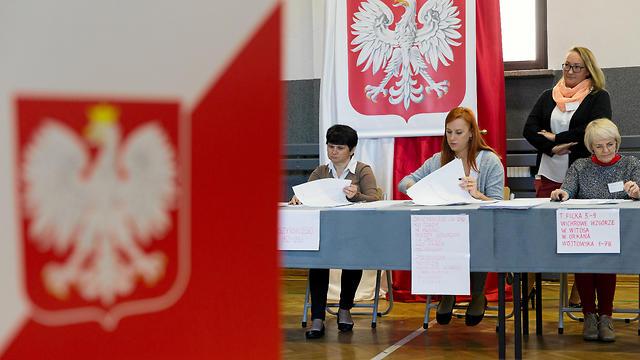 מצביעים בבחירות בפולין  (צילום: רויטרס)
