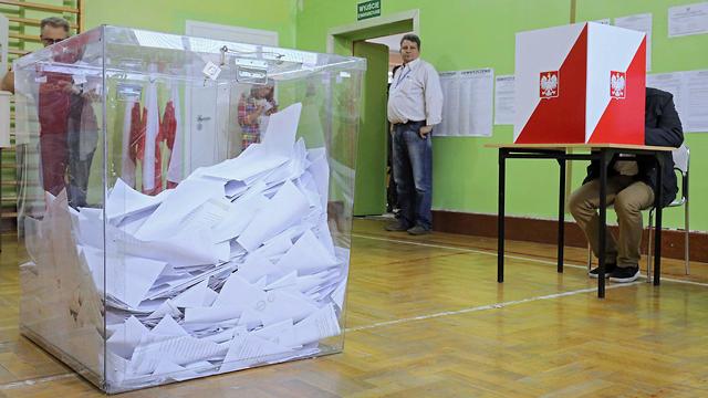 מצביעים בבחירות בפולין  (צילום: EPA)