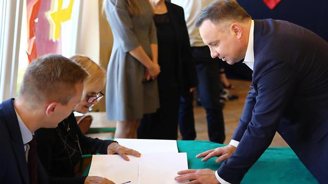 נשיא פולין דודה בקלפי בבחירות (צילום: רויטרס)