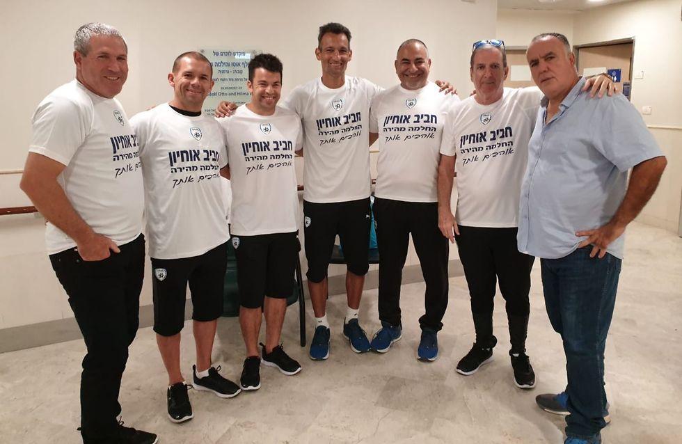 צוות הנבחרת הצעירה עם אביו של חביב אוחיון (צילום: ההתאחדות לכדורגל)