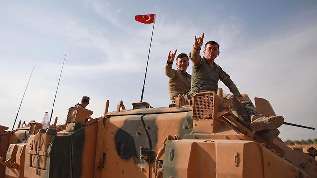 חיילים של צבא טורקיה עם מורדים סורים מחוץ לעיר הכורדית מנביג' סוריה (צילום: AFP)