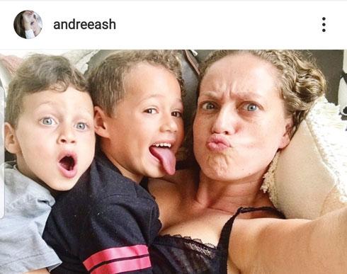 """עם הבנים לני וגידי. """"הם הסתגלו למצב החדש יותר מהר ממני"""" (צילום: מתוך האינסטגרם של andreeash@)"""