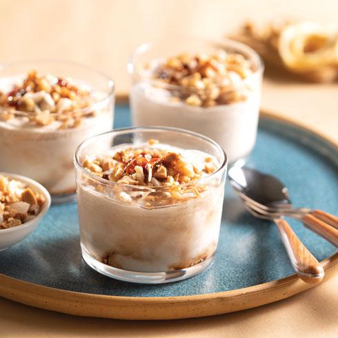 גלידת תמרים עם קראנץ' אגוזים ותפוחים מיובשים  (צילום: דניאל לילה, סגנון: טליה הדר)