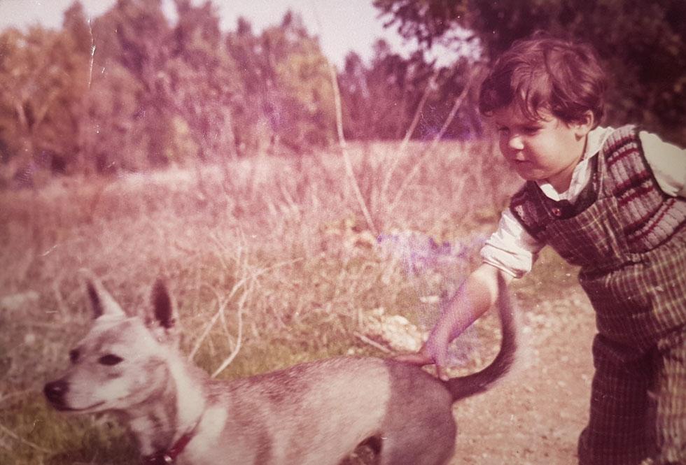 """בילדותה בקיבוץ. """"הייתי ילדה שאוספת חיות עזובות. ההורים נענו לכל גחמה שלי ועזרו לי לגדל יונה, סמור וכלב"""" (צילום: אסף שיפמן)"""