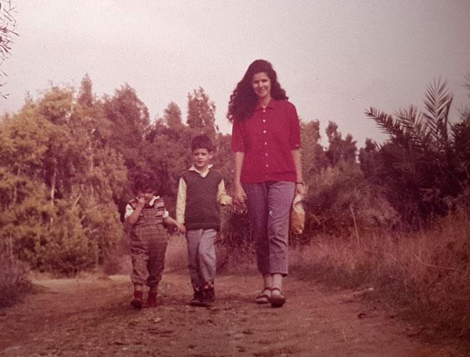 """עם אמה ואחיה הגדול. """"היא לא החזיקה אותי קצר"""" (צילום: אסף שיפמן)"""