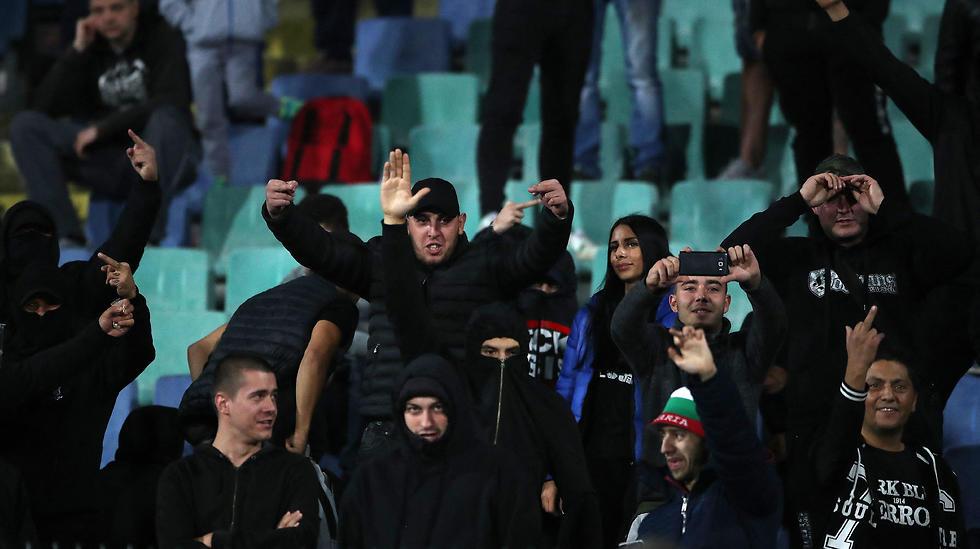 אוהדי בולגריה במפגן גזענות (צילום: MCT)