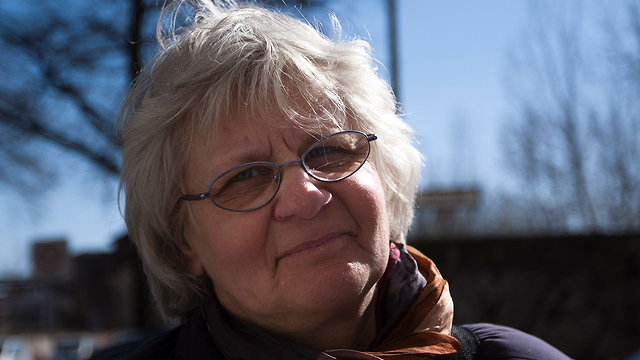אירמלה מנש שרם סבתא גרפיטי לבבות על צלבי קרס גרמניה (צילום: AP)