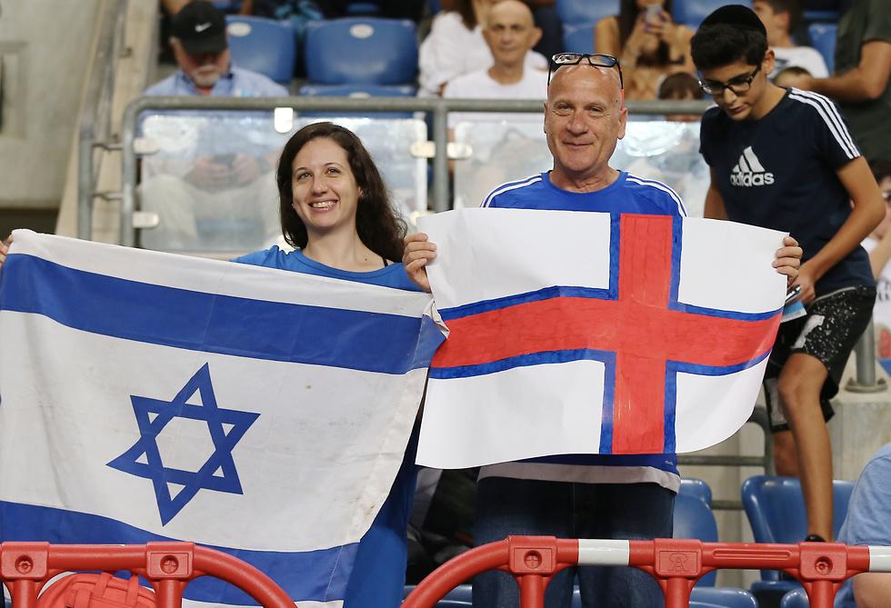 אוהדי נבחרת ישראל ואיי פארו מאושרים ביציע (צילום: ראובן שוורץ)