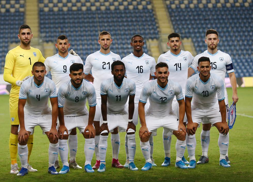 הנבחרת הצעירה בתמונה למזכרת (צילום: ראובן שוורץ)