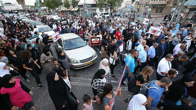 הפגנה נגד אלימות במגזר הערבי מול משטרת רמלה (צילום: שאול גולן)