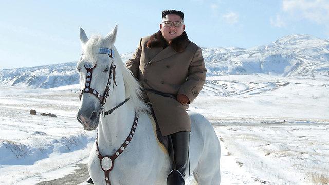 צפון קוריאה קים ג'ונג און רוכב על סוס לבן (צילום: רויטרס)
