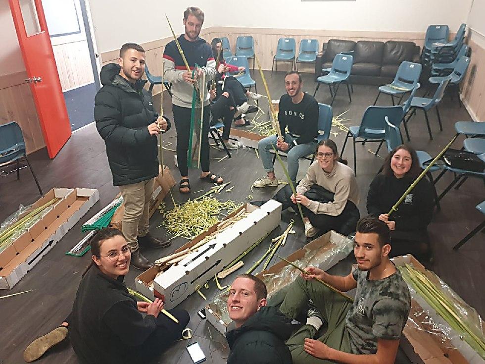 השליחים במלבורן, אוסטרליה, עם סטים של 4 המינים שהוזמנו מישראל עבור בני הקהילה המקומיים (באדיבות בני עקיבא העולמית)