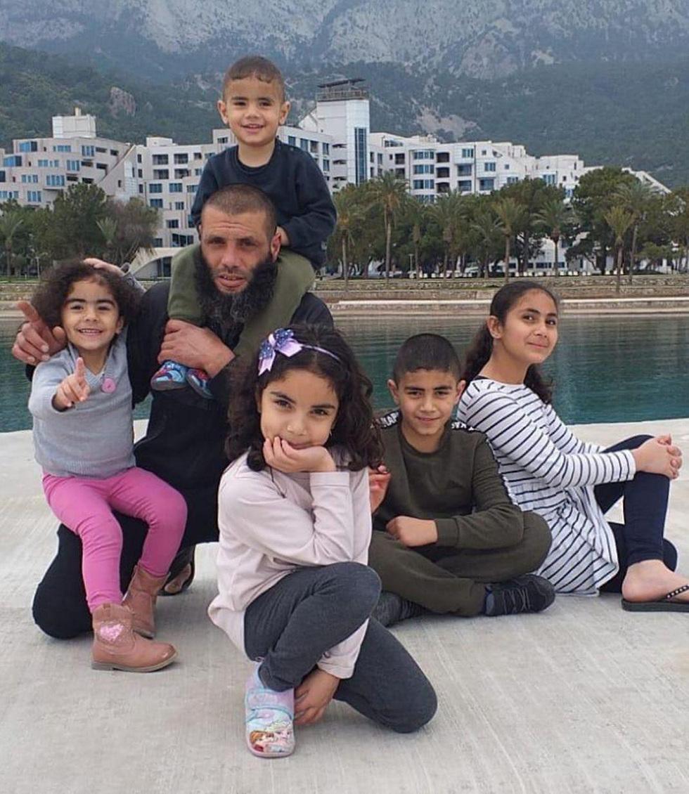 מחמוד אגבאריה עם ילדיו ()