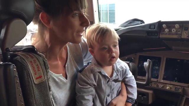 המחווה של הטייס האמריקני לילד בן השנתיים (מתוך עמוד הפייסבוק של Joe Weis)