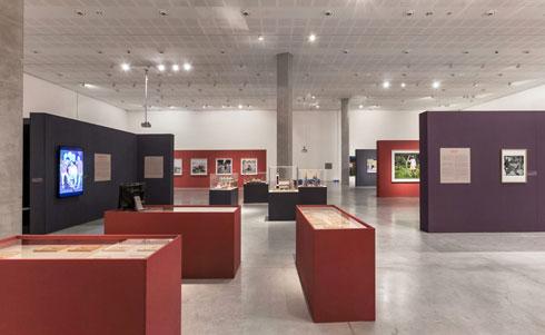 וחללי התערוכה ''בנוגע לאפריקה'' במוזיאון תל אביב. רעות עירון עיצבה, דרבקין ביצע (צילום: עדי אקשטיין)