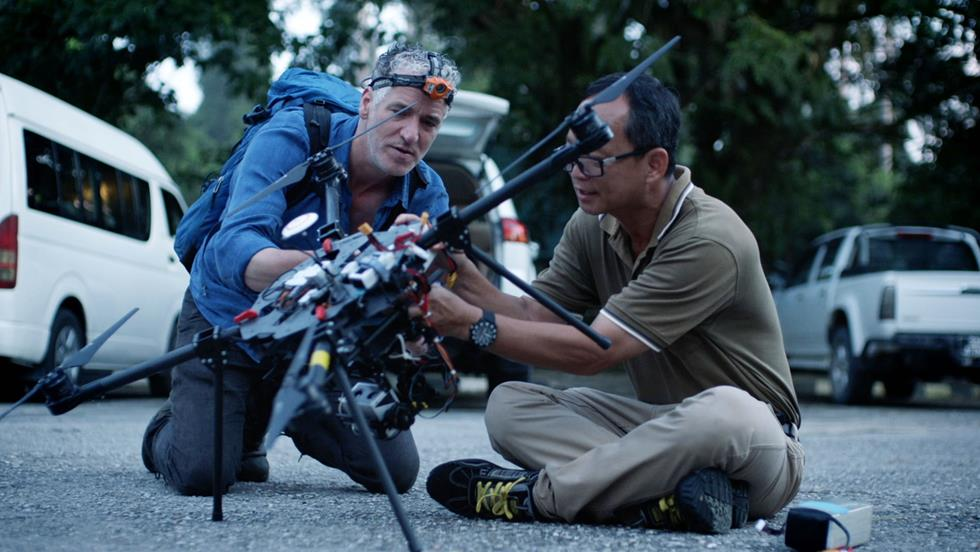 החוקר וצלם הטבע גורדון ביוקנן בבדיקת הרחפן לראיית לילה (צילום: Dragonfly Film & TV Ltd)