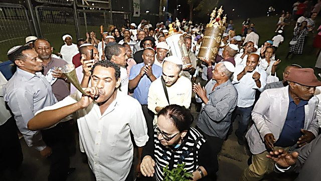 הקפות שניות באור יהודה - הקהילה האתיופית חוגגת (צילום: איתן אלחדז ברק)