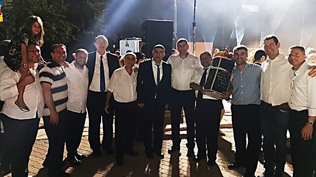 ראש העיר גבעת שמואל, יוסי ברודני, עם חלק מחברי מועצת העיר וחוגגים רבים בהקפות השניות (צילום: חננאל מנטל)