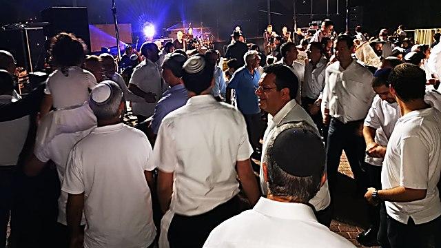 חוגגים (ומצטלמים) בגבעת שמואל (צילום: שלומית מנטל )