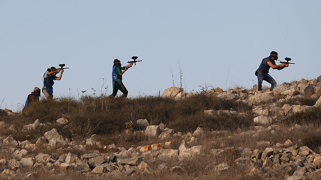 settlers at the West Bank settlement of Yitzhar confront IDF troops (Photo: Alex Kolomoisky)