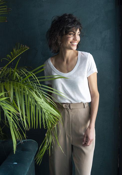 טי־שירט בייסיק לבנה תיראה יוקרתית כשהיא עשויה מפשתן ותחובה במכנסיים בגזרה גבוהה  (צילום: עדו לביא הפקה וסטיילינג: תמי ארד-ברקאי)