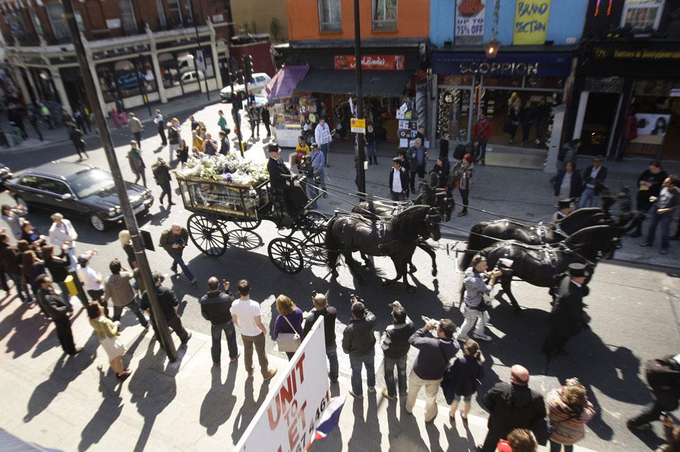 מסע ההלוויה של מקלארן בלונדון, אפריל 2010.  אירוע מתוקשר בהשתתפות אמנים רבים, בהם ג'ון ליידון, בוב גלדוף, אדם אנט וטרייסי אמין (צילום: AP)