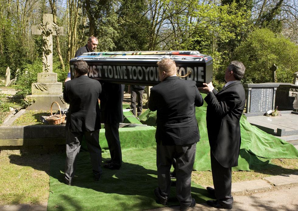 """ארונו מובא לקבורה בבית העלמין הייגייט. על מצבתו מופיעה עכשיו הכתובת """"כישלון מפואר עדיף על הצלחה שגרתית""""  (צילום: AP)"""