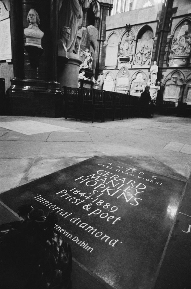מצבת זיכרון להופקינס בכנסיית ווסטמיניסטר בלונדון. שיריו פורסמו רק אחרי מותו (צילום: Evening Standard/GettyimagesIL)