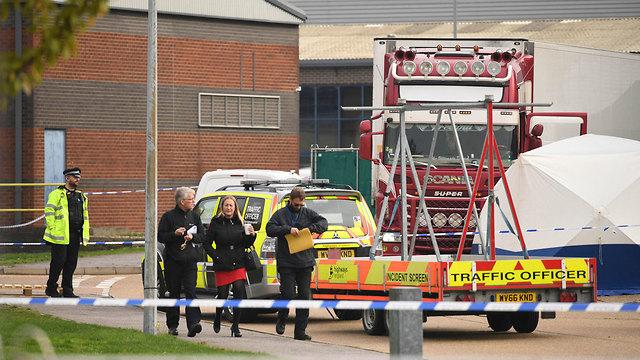 9 גופות נמצאו ב מכולה של משאית אסקס בריטניה (צילום: AP )