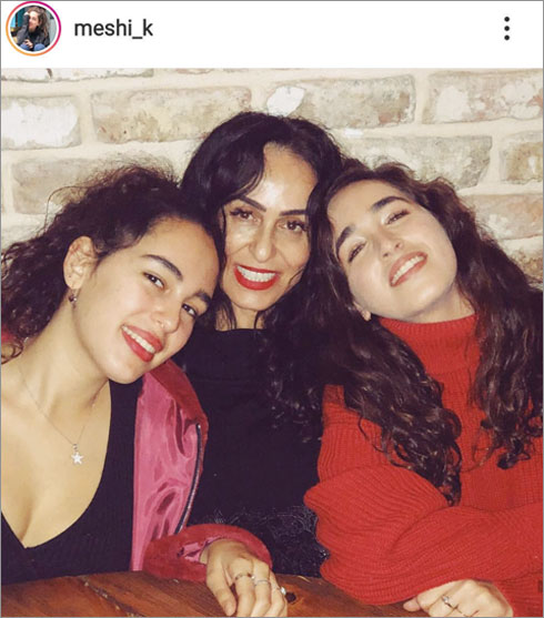 עם אמא ריטה והאחות נועם (צילום: מתוך האינסטגרם של meshi_k@)