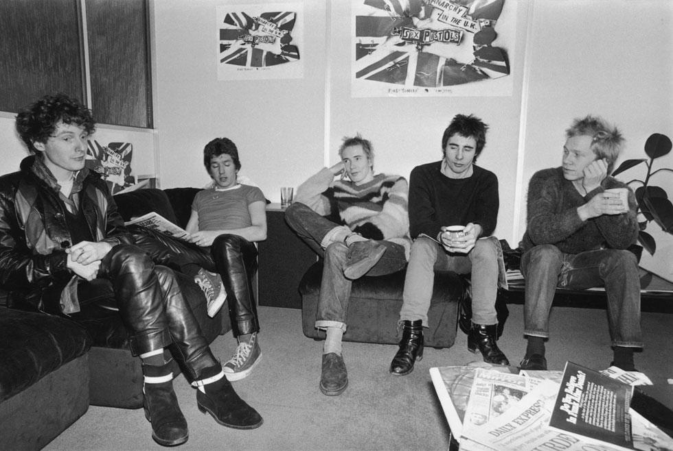 מקלארן (משמאל) עם הסקס פיסטולס, 1976. לא חייבים לדעת לנגן; מה שצריך זה אנרגיה, זעם ויכולת לעורר מהומות (צילום: Evening Standard/GettyimagesIL)