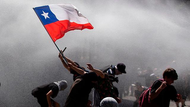 סנטיאגו צ'ילה מהומות הפגנות מחאה על מחירי התחבורה הציבורית ויוקר המחיה (צילום: AFP)