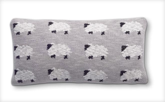 כרית נוי בדוגמת כבשים. IDdesign