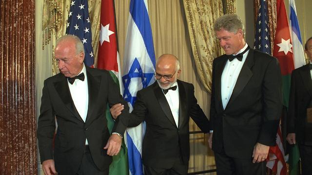 היסטוריה מצולמת חוסיין מלך ירדן ו יצחק רבין ו ביל קלינטון לאחר חתימה הסכם וושינגטון שנת 1994 (צילום: יעקב סער, לע